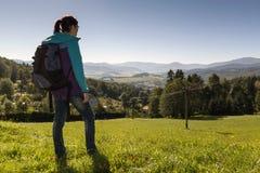 Το κορίτσι κοιτάζει έξω πέρα από τα βουνά, τσεχικά βουνά Jesenik Στοκ εικόνες με δικαίωμα ελεύθερης χρήσης