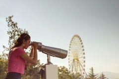 Το κορίτσι κοιτάζει μέσω των διοπτρών Στοκ φωτογραφία με δικαίωμα ελεύθερης χρήσης