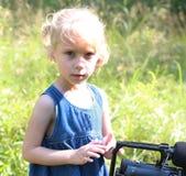 Το κορίτσι κοιτάζει στον ανιχνευτή του camcorder Στοκ φωτογραφία με δικαίωμα ελεύθερης χρήσης