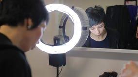 Το κορίτσι κοιτάζει στον καθρέφτη απόθεμα βίντεο