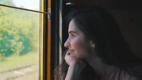 Το κορίτσι κοιτάζει στο παράθυρο από το τραίνο απόθεμα βίντεο