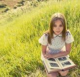 Το κορίτσι κοιτάζει στοκ φωτογραφίες