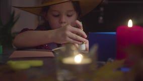 Το κορίτσι κολλά τις κάρτες Να προετοιμαστεί για τον εορτασμό αποκριών απόθεμα βίντεο