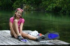 το κορίτσι κολυμπά με αναπνευτήρα Στοκ Φωτογραφία