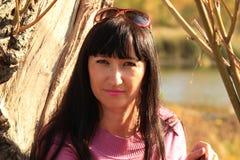 Το κορίτσι κοντά σε ένα παλαιό δέντρο Στοκ εικόνα με δικαίωμα ελεύθερης χρήσης