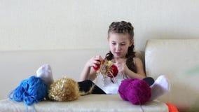 Το κορίτσι κουλουριάζει το νήμα απόθεμα βίντεο