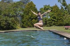 Το κορίτσι κολυμπά τη διασκέδαση λιμνών Στοκ Φωτογραφίες