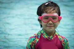 Το κορίτσι κολυμπά τον τρόπο ζωής Ασιάτης νεολαίας προστατευτικών διόπτρων χαμόγελου απολαμβάνει swimwear Στοκ Εικόνες
