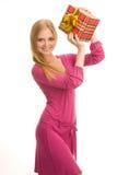 Το κορίτσι κρατά ένα κιβώτιο δώρων στοκ εικόνες με δικαίωμα ελεύθερης χρήσης