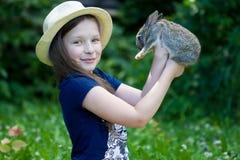 Το κορίτσι κρατά ένα μικρό κουνέλι Στοκ Φωτογραφίες