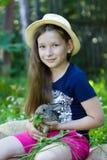 Το κορίτσι κρατά ένα μικρό κουνέλι Στοκ Φωτογραφία