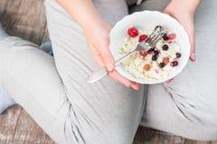 Το κορίτσι κρατά ένα πιάτο του τυριού εξοχικών σπιτιών Στοκ Εικόνα