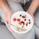 Το κορίτσι κρατά ένα πιάτο του τυριού εξοχικών σπιτιών Στοκ Εικόνες