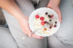 Το κορίτσι κρατά ένα πιάτο του τυριού εξοχικών σπιτιών Στοκ Φωτογραφίες