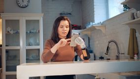 Το κορίτσι κρατά ένα τηλέφωνο με το ρομποτικό χέρι, κλείνει επάνω απόθεμα βίντεο