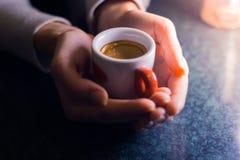 Το κορίτσι κρατά ένα φλυτζάνι του αμερικανικού καφέ Στοκ Εικόνες