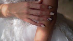 Το κορίτσι κρατά ήπια τα δάχτυλα στον ώμο του, το κορίτσι που κτυπά το δέρμα του απόθεμα βίντεο