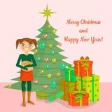 Το κορίτσι κρατά το κιβώτιο δώρων, στέκεται κοντά στο διακοσμημένους χριστουγεννιάτικο δέντρο και το σωρό των ζωηρόχρωμων κιβωτίω ελεύθερη απεικόνιση δικαιώματος