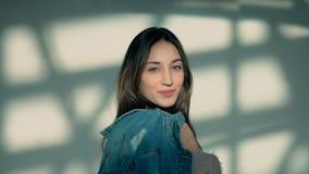 Το κορίτσι κρατά το σακάκι τζιν απόθεμα βίντεο
