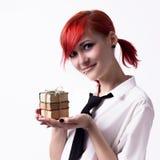 Το κορίτσι κρατά στο φοίνικα ενός μικροσκοπικού βιβλίου Στοκ Εικόνες