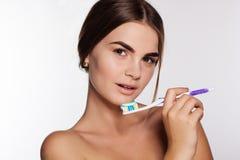 Το κορίτσι κρατά τη βούρτσα με την οδοντόπαστα Στοκ εικόνες με δικαίωμα ελεύθερης χρήσης