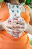 Το κορίτσι κρατά τη γάτα Στοκ Εικόνες