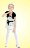 Το κορίτσι κρατά το αντίχειρα γύρω από τα χείλια Η χειρονομία του sil Στοκ Εικόνες