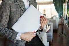 Το κορίτσι κρατά υπό εξέταση το πρότυπο περιοδικών το σχήμα A4 στοκ φωτογραφίες