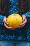 Το κορίτσι κρατά pomelo Στοκ Εικόνες