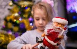 Το κορίτσι κρατά το santa στοκ εικόνα με δικαίωμα ελεύθερης χρήσης