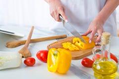 Το κορίτσι κόβει το πιπέρι Στοκ Φωτογραφία