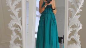 Το κορίτσι λαμβάνεται στη κάμερα στον καθρέφτη απόθεμα βίντεο