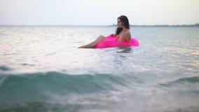 Το κορίτσι λικνίζει στα κύματα θάλασσας φιλμ μικρού μήκους