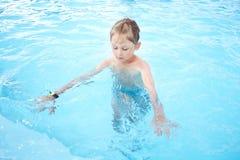 το κορίτσι μαθαίνει κολυμπά Στοκ Εικόνες