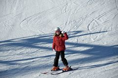 Το κορίτσι μαθαίνει να κάνει σκι με τον εκπαιδευτικό σκι Στοκ Φωτογραφίες