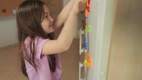 Το κορίτσι μαθαίνει να μετρά απόθεμα βίντεο
