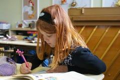 Το κορίτσι μαθαίνει τα μαθηματικά στοκ εικόνες