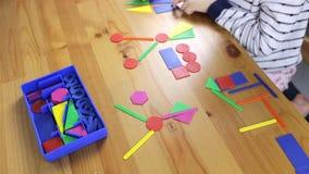 Το κορίτσι μαθαίνει τις γεωμετρικές μορφές απόθεμα βίντεο