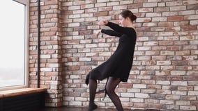 Το κορίτσι μαθητών του σχολείου χορού μαθαίνει έναν νέο σύγχρονο χορό σε μια κατηγορία απόθεμα βίντεο