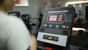 Το κορίτσι μειώνει την ταχύτητα treadmill φιλμ μικρού μήκους