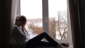 Το κορίτσι με έναν πονοκέφαλο κάθεται φιλμ μικρού μήκους