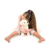 Το κορίτσι με ένα κουτάβι παιχνιδιών Στοκ φωτογραφία με δικαίωμα ελεύθερης χρήσης