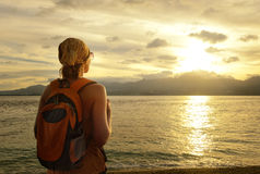 Το κορίτσι με ένα σακίδιο πλάτης ονειρεύεται το ταξίδι στοκ εικόνες