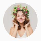Το κορίτσι με ένα χαμόγελο σε ένα στεφάνι του ρόδινου και άσπρου touchi τριαντάφυλλων Στοκ φωτογραφία με δικαίωμα ελεύθερης χρήσης