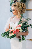 Το κορίτσι με ένα όμορφα χαμόγελο, μια σύνθεση και ένα hairdo που κρατούν μια γαμήλια ανθοδέσμη Στοκ φωτογραφίες με δικαίωμα ελεύθερης χρήσης