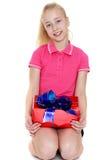 Το κορίτσι με ένα δώρο Στοκ Εικόνες