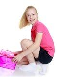 Το κορίτσι με ένα δώρο Στοκ Φωτογραφία