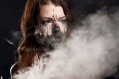 Το κορίτσι με κάνει το επάνω και ηλεκτρονικό τσιγάρο κάνοντας τα σύννεφα Στοκ Φωτογραφία