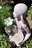 Το κορίτσι με το λουλούδι Στοκ εικόνα με δικαίωμα ελεύθερης χρήσης