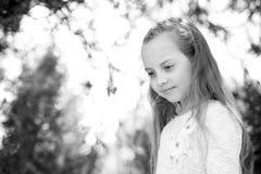 Το κορίτσι με μακρυμάλλη στο ήρεμο πρόσωπο, υπόβαθρο φύσης Κορίτσι με την τρυφερή πλεξούδα hairstyle Κορίτσι παιδιών με την πλεξο Στοκ εικόνες με δικαίωμα ελεύθερης χρήσης